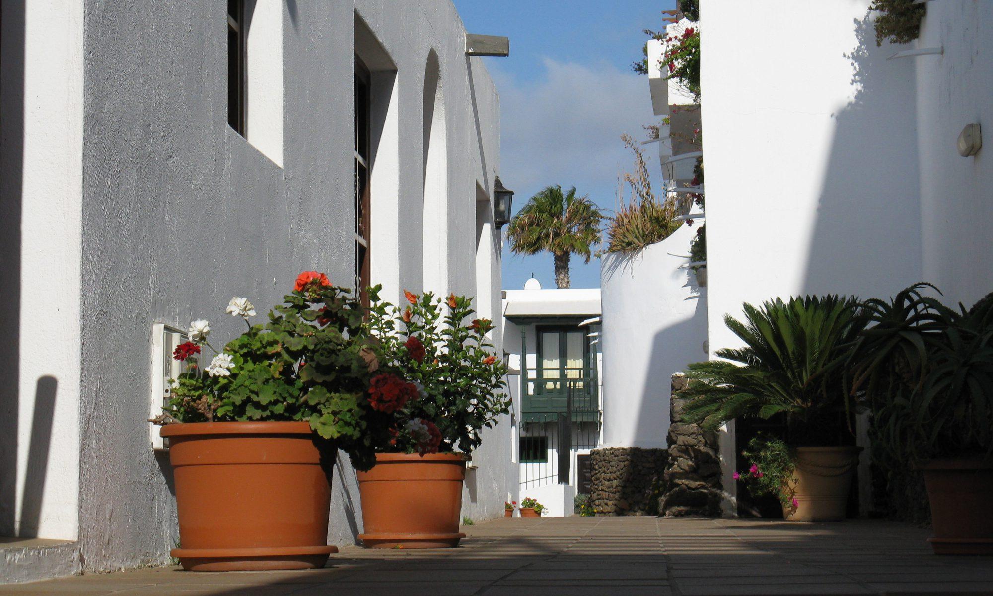 Lago Verde Avenue between Suites, Puerto del Carmen